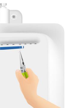 バイオプレートの位置を決めた後、セットピンを洗浄孔に差し込み、プレートを仮止めする。